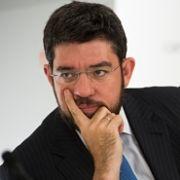 Alberto Nadal culpa a las políticas en energías renovables y al boom inmobiliario del alto precio del recibo de la Luz.