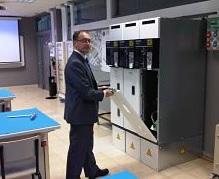 El aula Schneider Electric del CIFP de Santiago acoge una jornada dirigida a distribuidores de energía en Galicia.